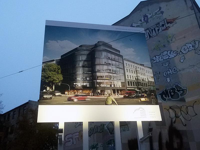 PAN Werbeagentur - Bauschild mit Beleuchtung auf Stahlkonstruktion