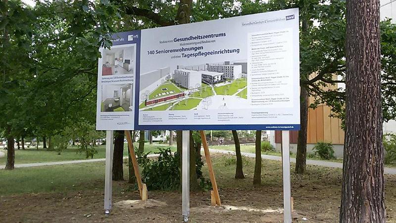 HWB Bauschild auf Alustützen in Hennigsdorf